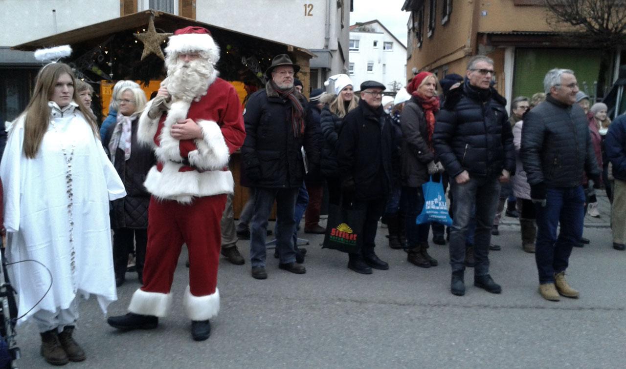 Zuhörer der Ertöffnung Weihnachtsmarkt mit Nikolaus und Engel